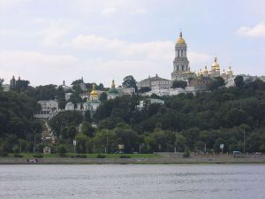 800px-2005-08-15_Pechersk_Lavra_seen_from_river_Dnepr_Kiev_311